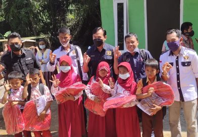 PWI Mura dan SKK Migas Berikan Bansos Perlengkapan Sekolah